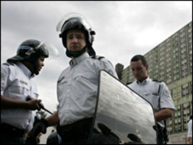 رجال شرطة في بلدة فيرني