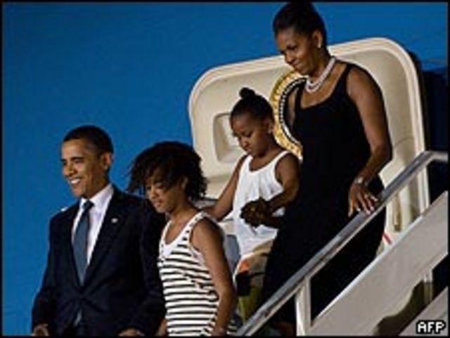 أوباما وعائلته لدى وصولهم إلى أكرا