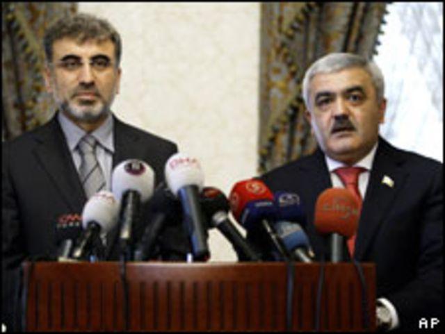 روفناج عبد اللاييف رئيس شركة النفط والغاز الأذربيجانية (يمينا) ووزير الطاقة التركي تانر يلدز