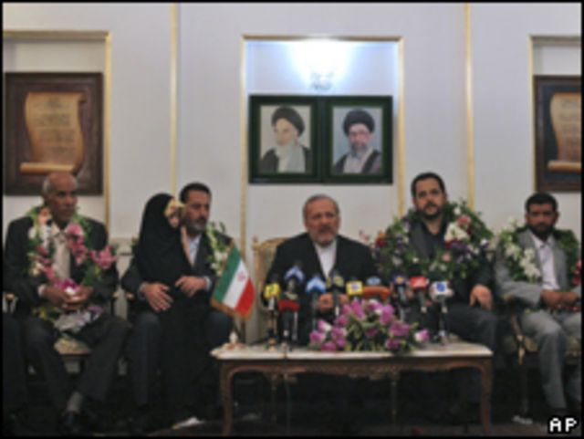 الموظفون الإيرانيون المفرج عنهم