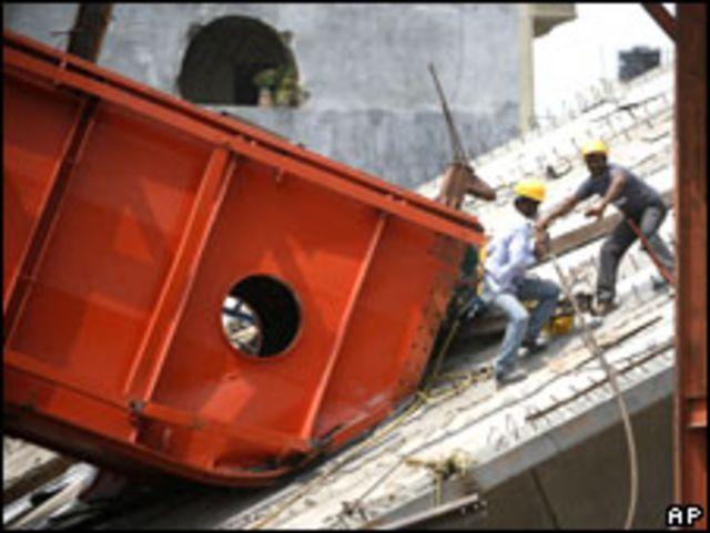 عمال في موقع انهيار الجسر (12/07/09)