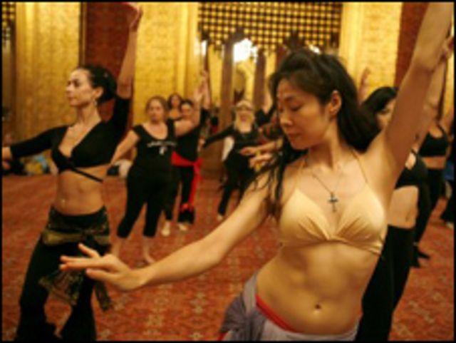 نساء يمارسن الرقص الشرقي