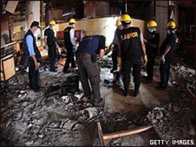 محققون داخل فندق الماريوت في جاكرتا