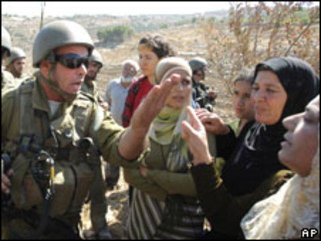 جندي إسرائيلي يمنع فلسطينيات من بلوغ حقلهن جهة قربة صفا بالقرب من مستوطنة يهودية (18/07/09)