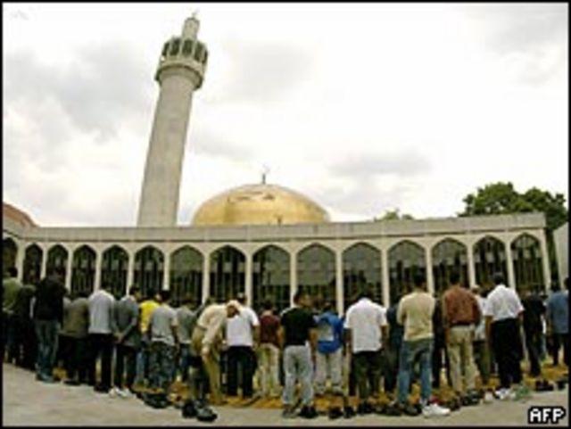 مصلون في مسجد لندن المركزي