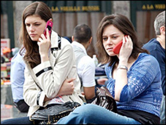 Девушки с мобильными телефонами