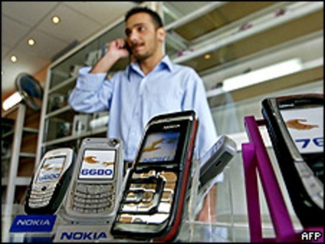 Человек у витрины с мобильными телефонами