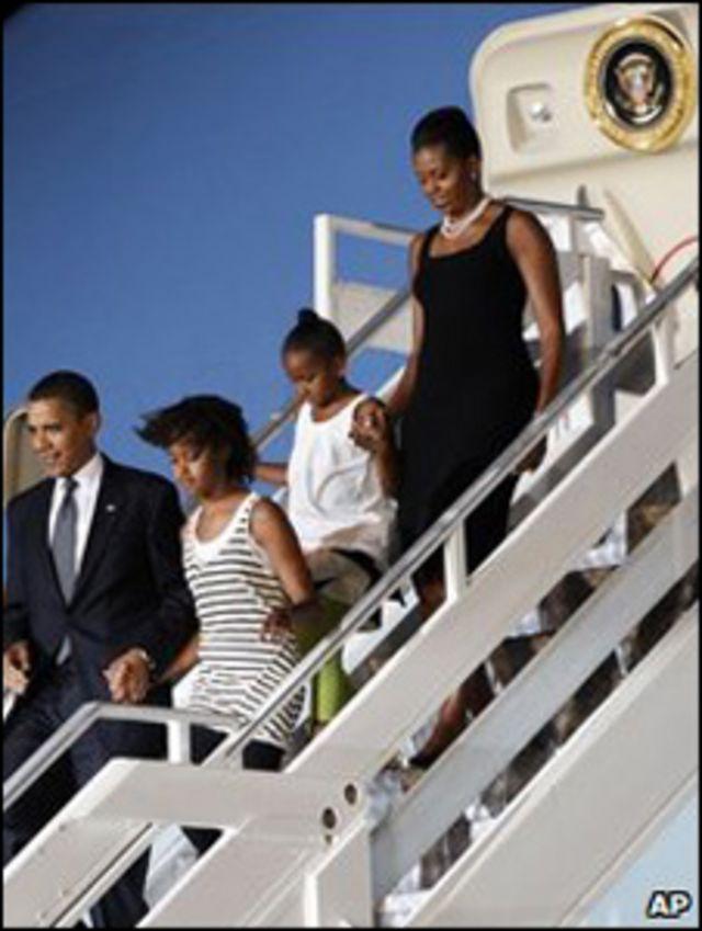 الرئيس الأمريكي باراك أوباما مع زوجته وابنتيه