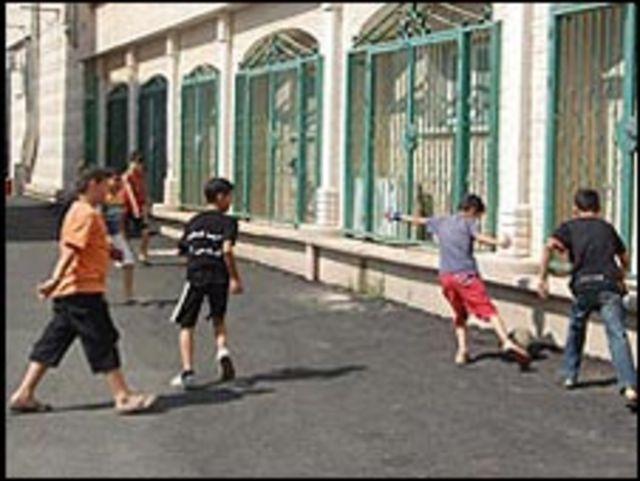 عرب اسرائيليون يلعبون كرة القدم