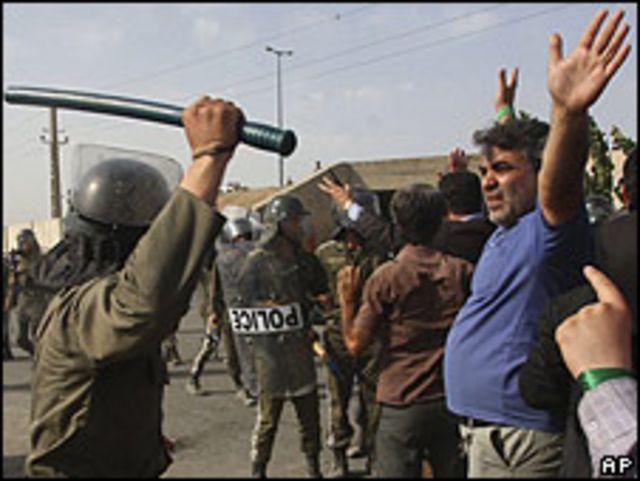 متظاهر في إيران يتعرض  للضرب
