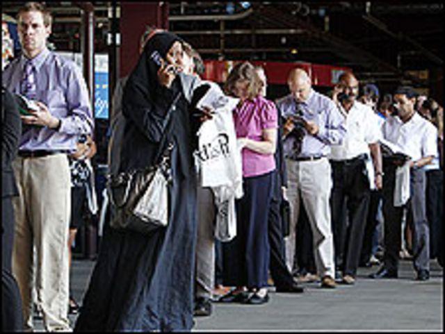 ဖီလာဒဲလ် ဖီးယားက အလုပ်အကိုင် ရဖို့ တန်းစီ နေသူတွေ