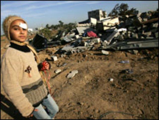 طفلة تمر بأنقاض مباني في غزة
