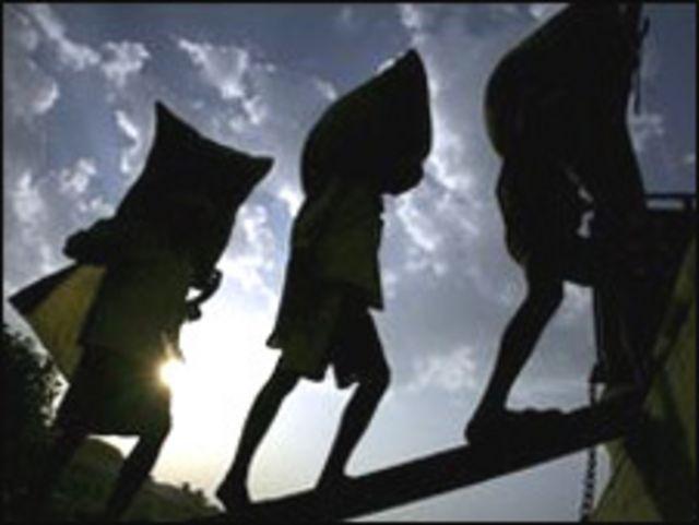 عمال هنود يحملون الأرز
