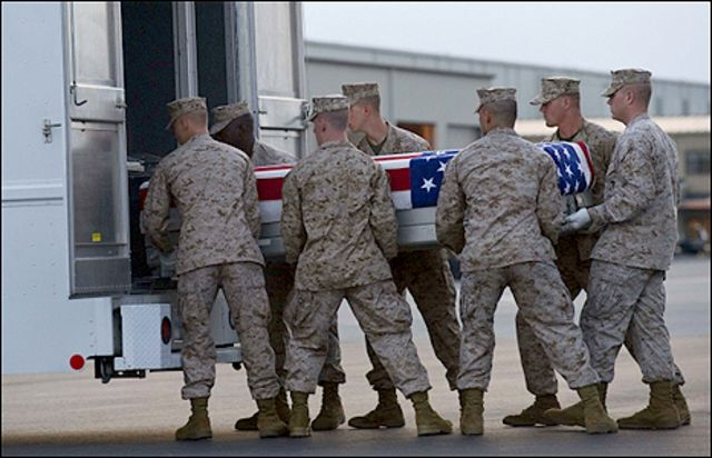 جنود امريكيون يضعون زميلا قتيلا في ثلاجة