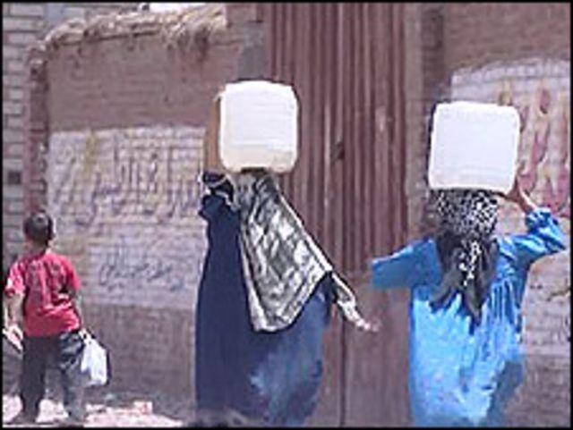 سيدات مصريات يحملن الماء