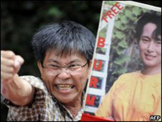 أحد أنصار اونج سان سو تشي يحمل صورتها