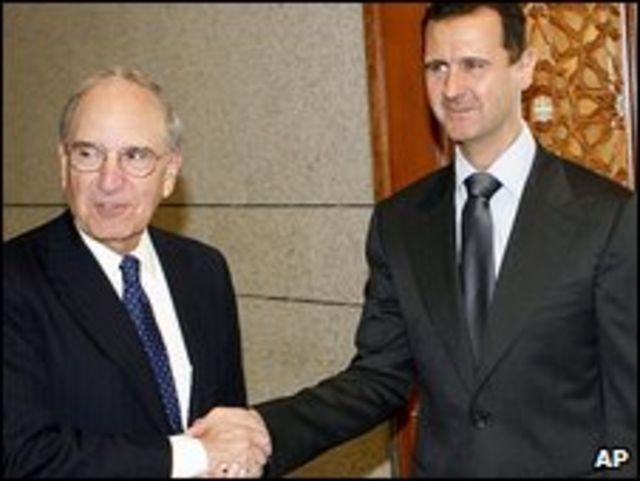 الرئيس السوري بشار الأسد مستقبلا المبعوث الأمريكي الخاص جورج ميتشل (أرشيف)