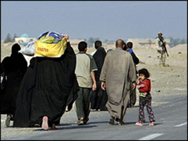 عائلة عراقية تغادر الفلوجة (2004)
