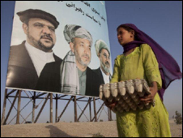 فتاة تمر جوار ملصقات انتخابية