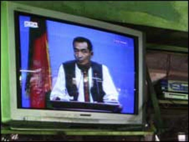 مرشح يلقي خطابا بالتلفزيون