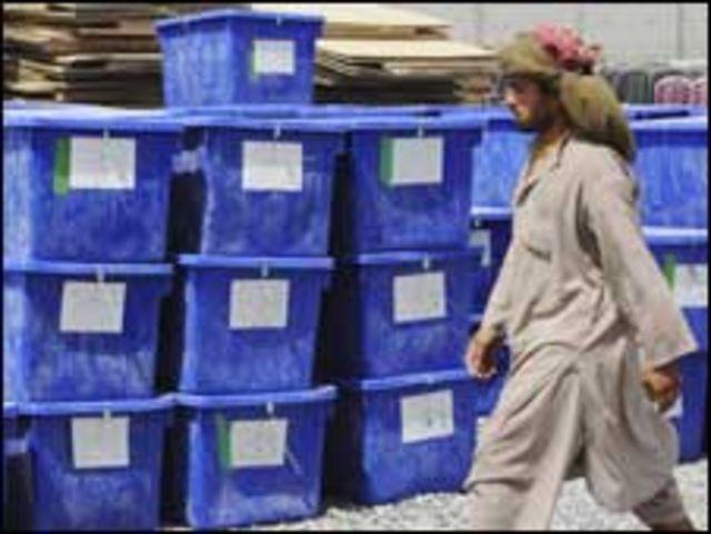 أفغاني بجوار صناديق اقتراع