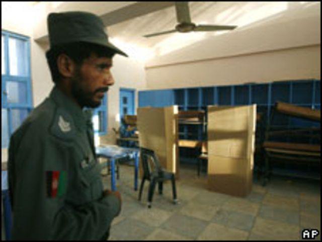 شرطي أفغاني في مركز اقتراع بقندهار (19/08/09)