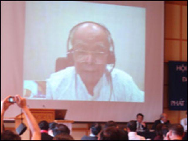 Nhà văn Nguyên Ngọc kết nối với hội nghị qua mạng internet