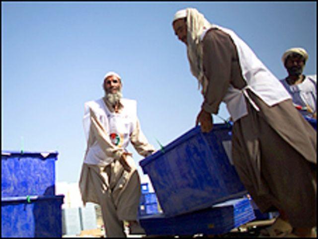 عمال افغان ينقلون صناديق تحوي البطاقات الانتخابية
