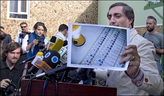 عبدالله عبدالله يري الصحفيين نموذجا لبطاقة انتخابية مزورة خلال لقاء صحفي