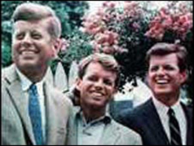 إدوارد كنيدي مع شقيقه جون وروبرت