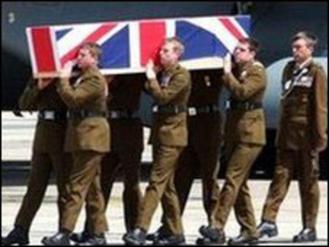 استقبال جثمان احد الجنود البريطانيين