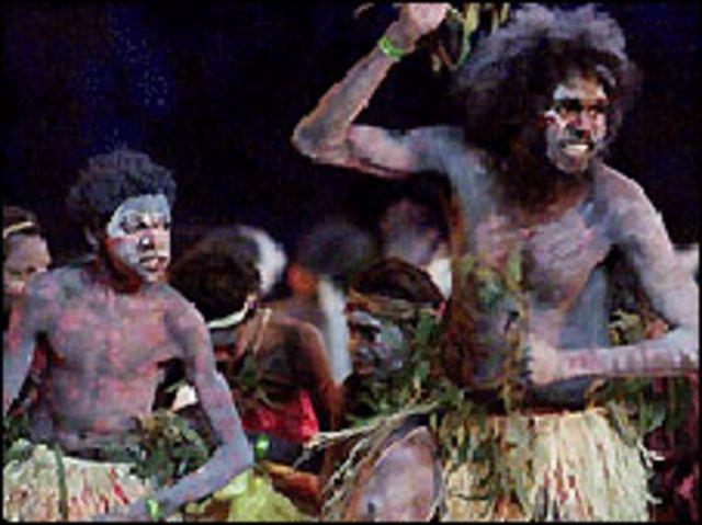 إثنان من السكان الاصليين يؤديان طقوسا