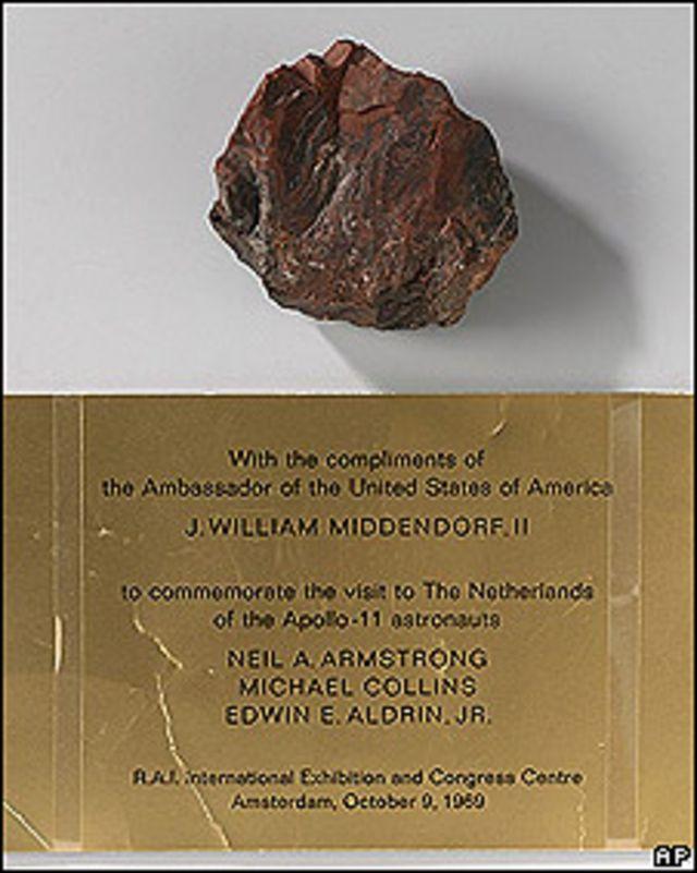 Pedazo de madera que se creía era una piedra lunar y la inscripción que explica su procedencia en el museo nacional holandés