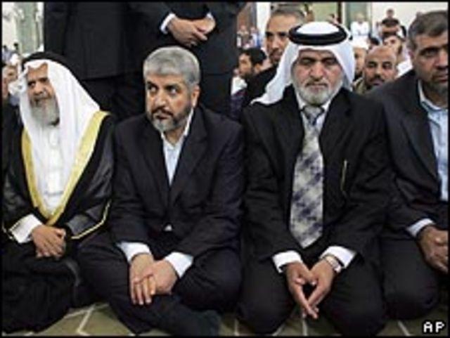 مشعل محاطا بقيادات الحركة الإسلامية داخل مسجد الجامعة
