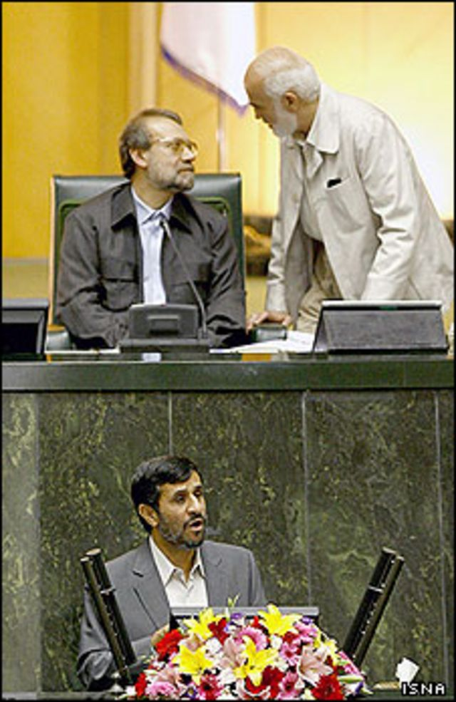 احمد توکلی (بالا، سمت راست) به عنوان یکی از مخالفان کابینه صحبت کرد