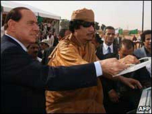 معمر القذافي وسيلفيو بيرلسكوني