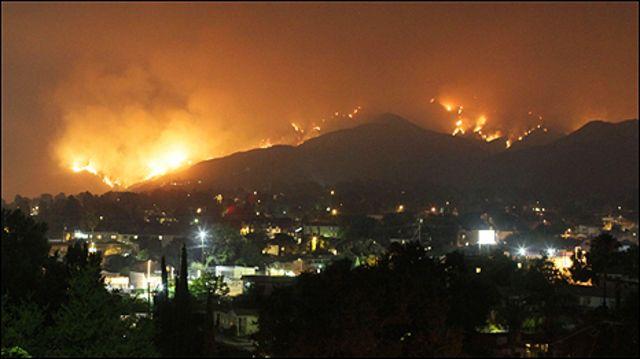 تهدد الحرائق نحو 12 الف منزل
