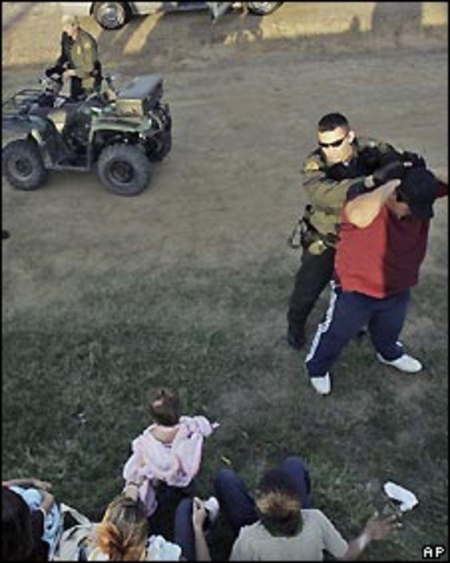 Un agente de Estados Unidos detiene a un inmigrante indocumentado.