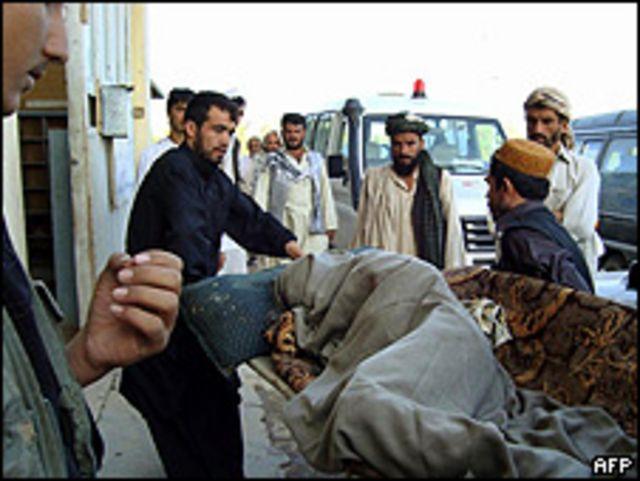 Los lugareños trasladan a un herido en Kunduz