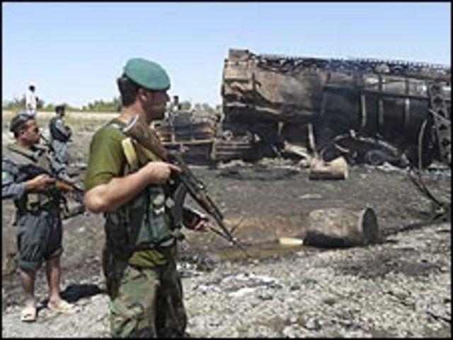 قوات أفغانية في موقع الغارة