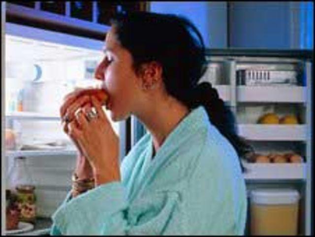 شابة تأكل