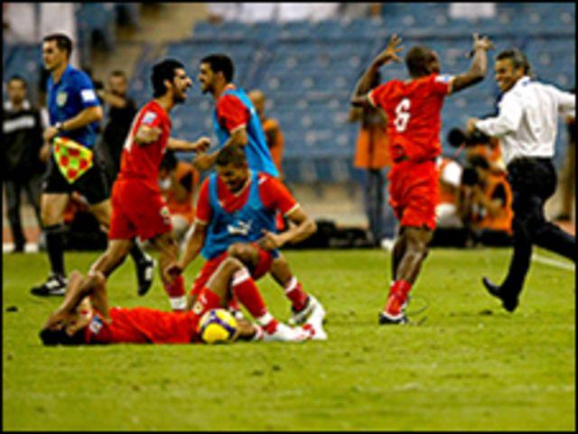 سعادة لاعبي البحرين بعد المباراة
