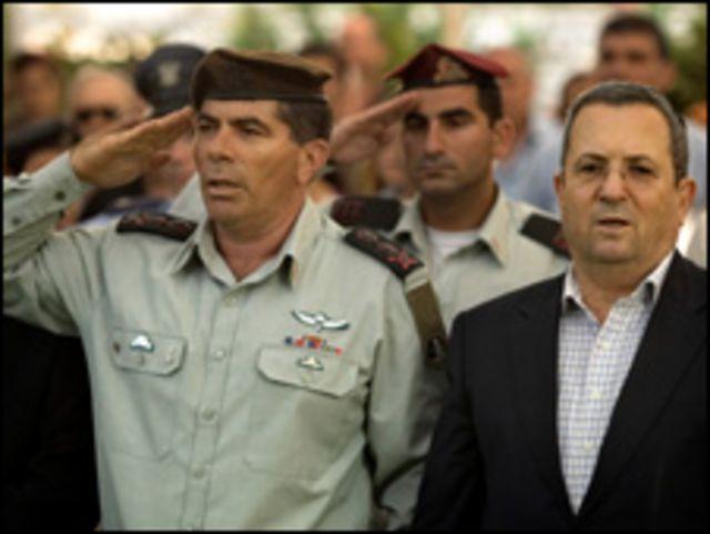 وزير الدفاع، إيهود باراك (يمين) ورئيس الأركان، الجنرال جابي أشكينازي