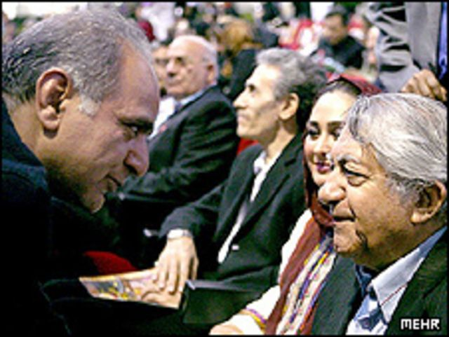 عزت الله انتظامی (راست) و پرویز پرستویی، همراه با کیومرث پور احمد در تلاش بودند موجبات رهایی بهنود شجاعی از اعدام را فراهم کنند اما با برخورد دستگاه قضایی مواجه شدند