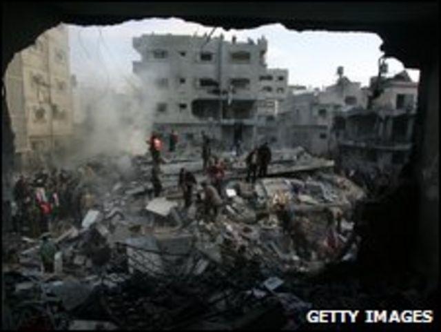 غزاويون يبحثون بين ركام أنقاض بيوتهم