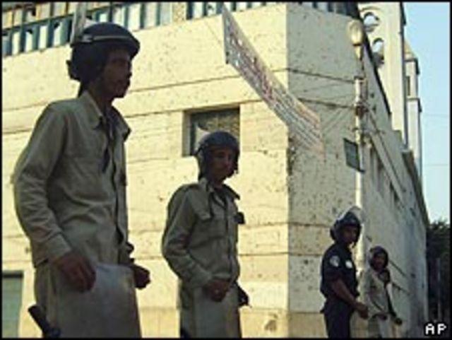 قوات الأمن المصرية امام كنيسة في ديروط