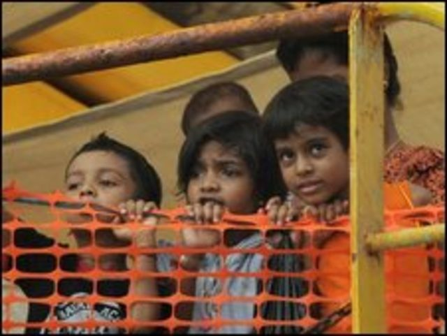 اطفال على متن قارب اللاجئين