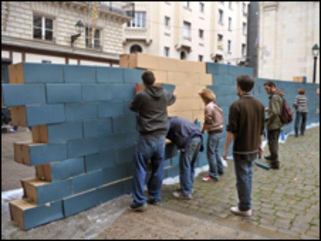 جدار برلين من الورق المقوى