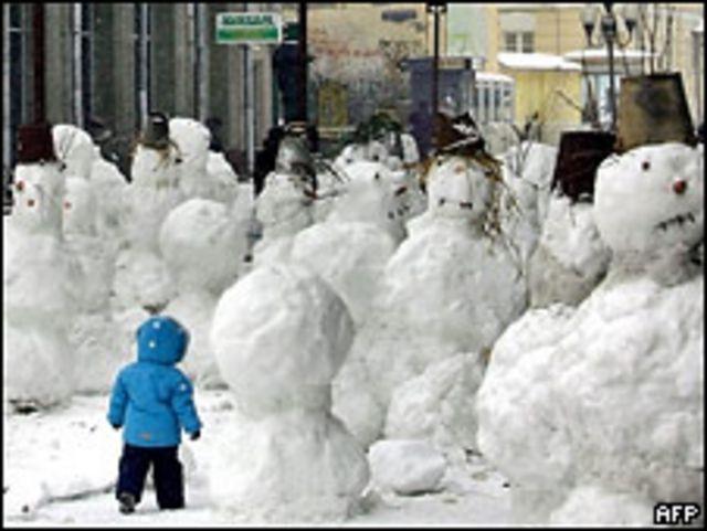 Малыш и снеговики