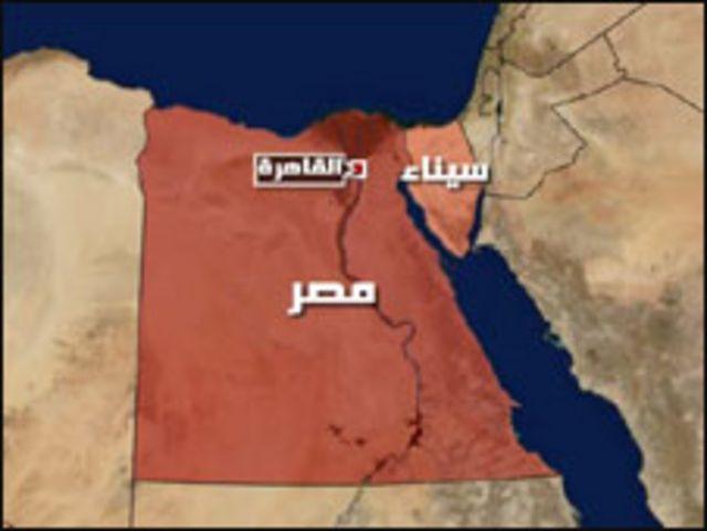 """قتل الاربعاء شرطيان مصريان وضابط شرطة واصابة 4 من جنود الشرطة بجروح. وكان هؤلاء جميعا ضمن قافلة ترافق عددا من السجناء خلال هجوم شنه مسلحون على قافلة لتحرير مهربي مخدرات حسبما صرح مسؤول أمني لفرانس برس. واوضح المسؤول الذي طلب عدم ذكر اسمه بأن قافلة الترحيلات التي كانت تنقل ثمانية سجناء على الاقل بينهم ثلاثة من مهربي المخدرات من مدينة بور سعيد الى العريش الواقعة في شمال سيناء، تعرضت لاطلاق نار غزير من جانب مسلحين كانوا يستقلون أربع سيارات بالقرب من العريش. وقال ان """"ضابطا وجنديا قتلا واصيب اربعة شرطيين آخرين فيما تمكن السجناء الثمانية من الفرار مع المهاجمين"""". واضاف ان الهجوم كان هدفه تحرير واحد على الاقل من مهربي المخدرات.      إلا أن مراسلنا في القاهرة قال إن عدد السجناء الذين كانوا في سيارة الترحيلات اثنان تمكنا من الهرب بعد الهجوم على سيارات الشرطة لبعض الوقت قبل ان تلقي الشرطة القبض على احدهما واسمه حسن سعيد عبد الفتاح.   وقد اطلق منفذو العملية النار على القيود الحديدية التى كانت تربط حسن بالسجين الاخر وهو المهم بالنسبة للمسلحين لتحرير الاخير والهرب به فيما ترك الاخر ليسقط في قبضة الشرطة حيا.  العملية اسفرت عن مصرع ضابط شرطة ومجند واصابة 4 من افراد الامن،"""